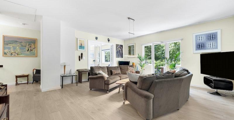 Det er gulvvarme hele etasjen (foruten i lite rom/bod). Alle rom har uttakspunkt i tak for dimbar belysning. Nye, vendbare vinduer med plisségardiner og rullegardiner