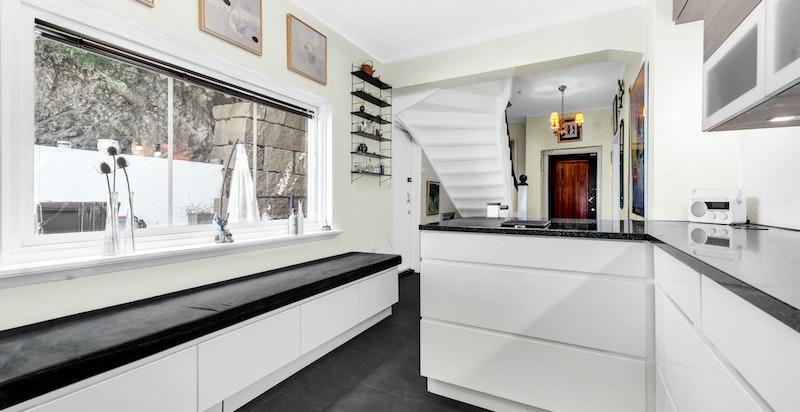 Moderne og romslig kjøkken med innredning fra 2019. Varme i gulv
