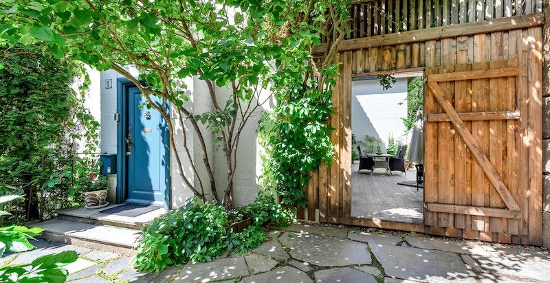 Eiendommen har en flott og skjermet terrasse/patio på baksiden av huset, opparbeidet med pergola og store bed, og som gir hyggelige assosisasjoner til sydligere strøk
