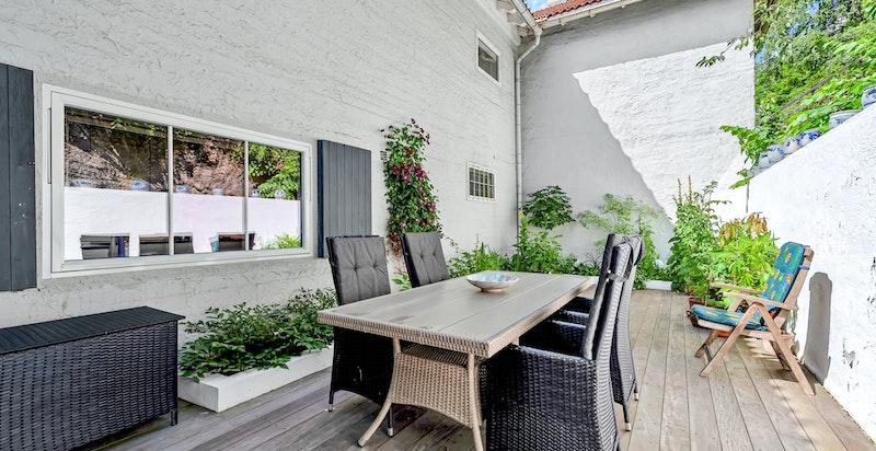 Vegg- i-vegg med terrassen ligger husets kjøkken, åpenbart praktisk for en slikt uteareal