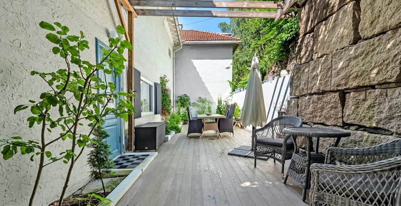 Den store terrassen har adkomst via port ved inngangsdøren, samt gjennom dør fra kjøkkenet