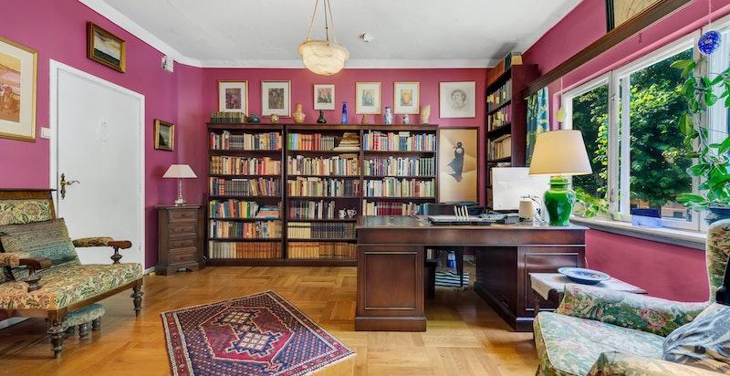 Huset er flott og herskapelig, og har tre flotte stuer på rad som går gjennom hele etasjen, alle med original heltre eikeparkett