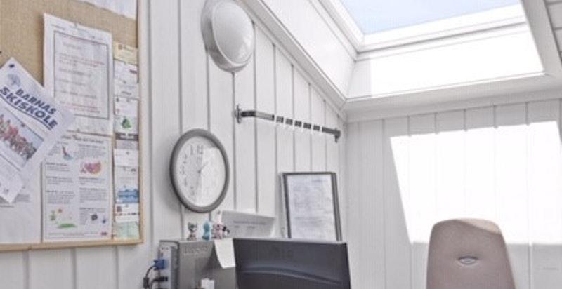 - Lys og trivelig kontor med takvindu-