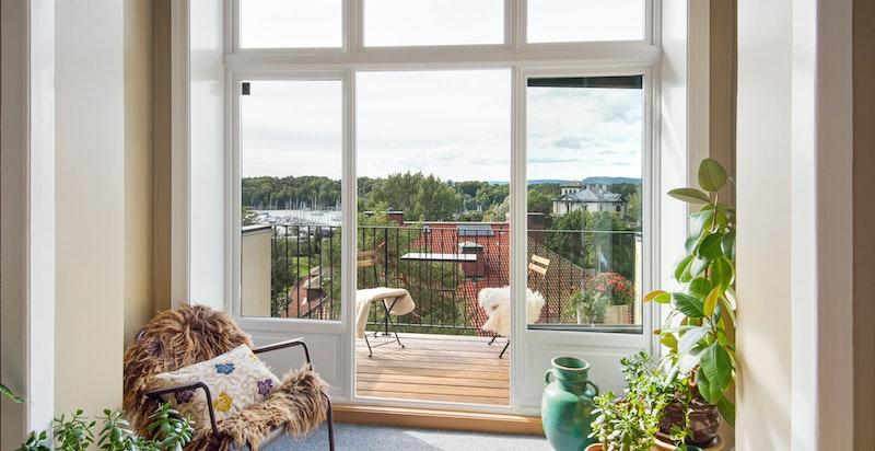 Store vindusflater i leiligheten
