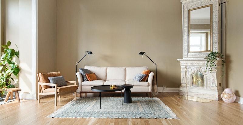 Stue med vakker kakkelovn