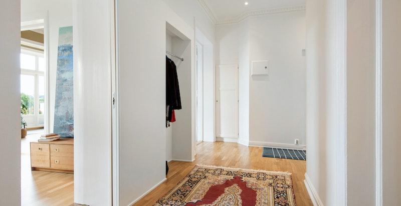 Entré med praktisk, innebygget garderobeløsning for yttertøy og sko.