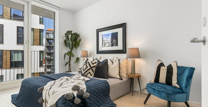 Soverommet gir en lukseriøs suite-følelse med direkte adkomst til walk-in-garderobe og bad.