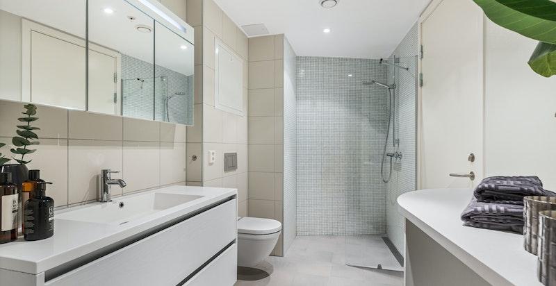 Meget delikat og romslig flislagt bad med gulvvarme og downlightsbelysning med dimmer. Det er lagt ny gulvflis (2020).
