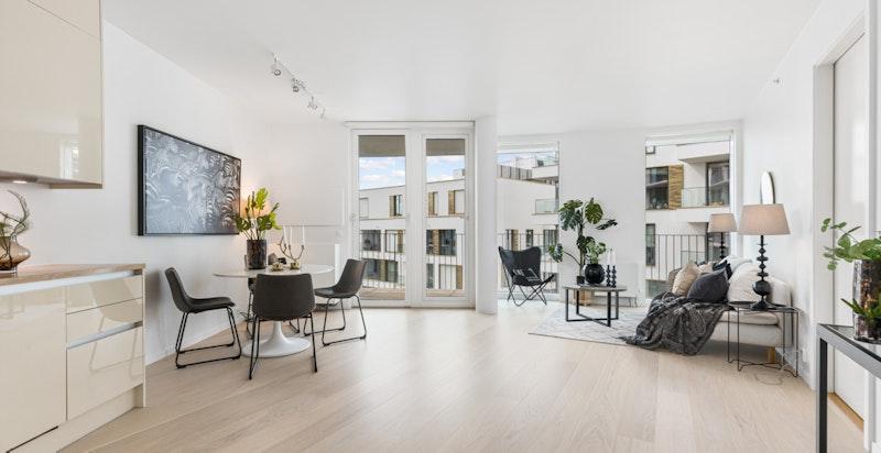 Lys og luftig stue med store vinduflater gir rikelig med lys.