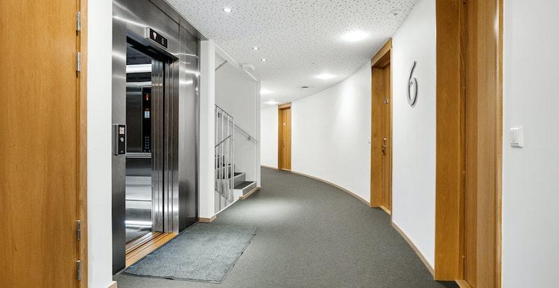Heisadkomst til leiligheten i 6. etasje.