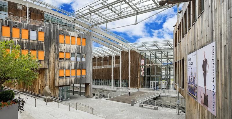Bebyggelsen har et spennende arkitektonisk preg av høy klasse som huser et bredt spekter av boliger, forretninger, kultur og kunst.