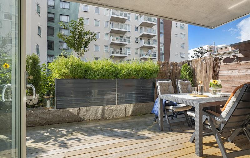 Skjermet og vestvendt markterrasse på 18 m²