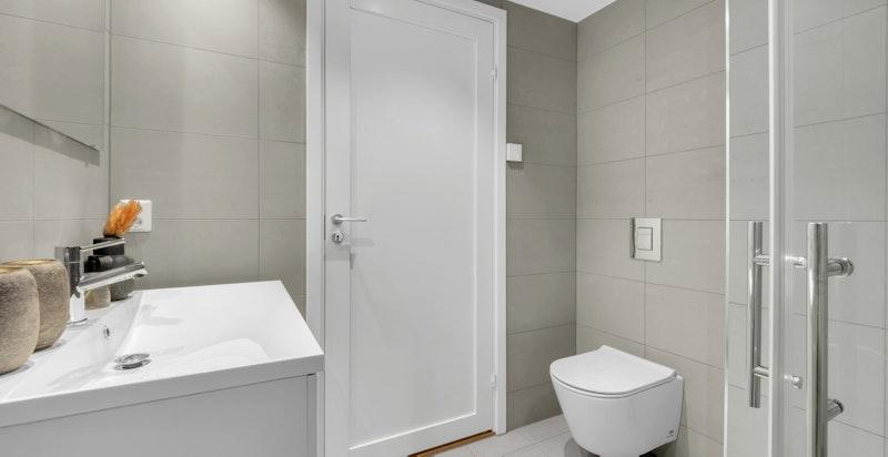 Lekkert baderom med italienske fliser og moderne vvs-utstyr.