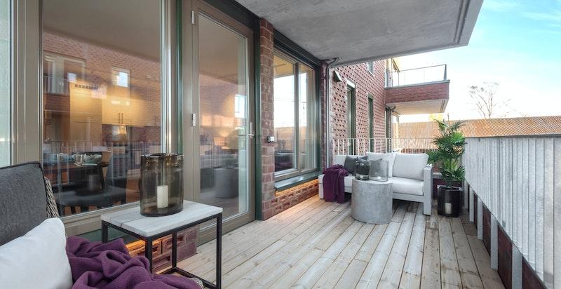 Sydvestvendt balkong på 11 kvm. Legg merke til den indirekte belysningen under vinduene.