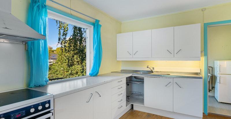 Kjøkkenet har god plass, og vaskerommet er plassert i rommet ved siden av