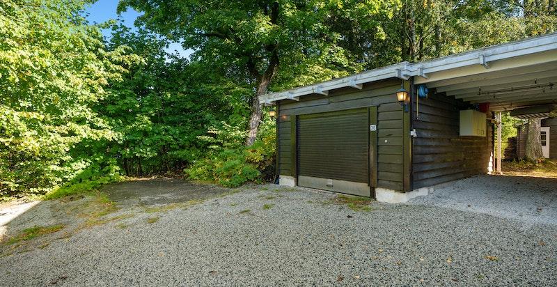 Huset har både garasje og carport