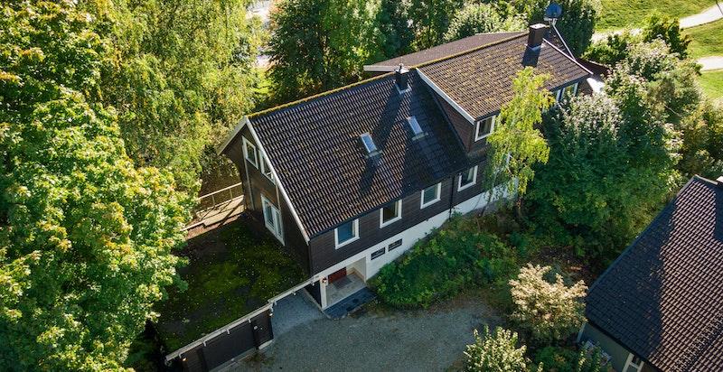 Eiendommen ligger i grønne omgivelser rett ved Nesøya skole