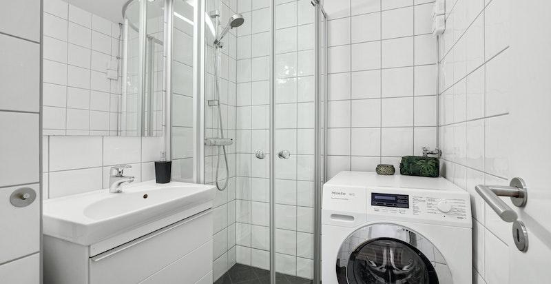 Dusjbad med plass for vaskesøyle rehabilitert i 2010