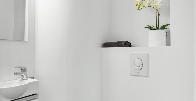 Toalettrom med vegghengt wc og servant