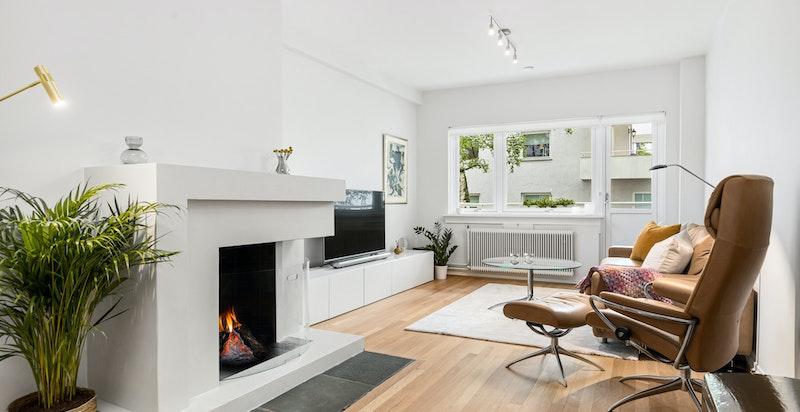 Hyggelig stue / spisestue med peis og utgang til balkong