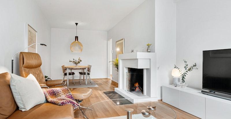 Stor stue med meget vedlholdt enstavs original eikeparkett som nylig er slipt og mattlakket