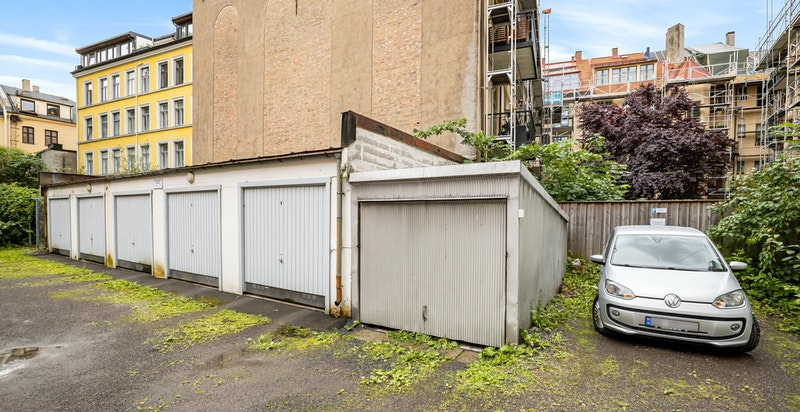 Gården grenser mot garasjerekke i bakgård. Selgers garasjeplass kan leies videre