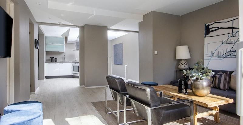 Planløsningen i denne etasjen er gjennomgående, noe som skaper et flott gjennomlys og en god atmosfære i stuen og på kjøkkenet.
