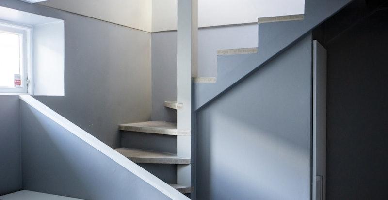 Trappesats ned til mellomgang. Godt utnyttet med skapplass under trappen.