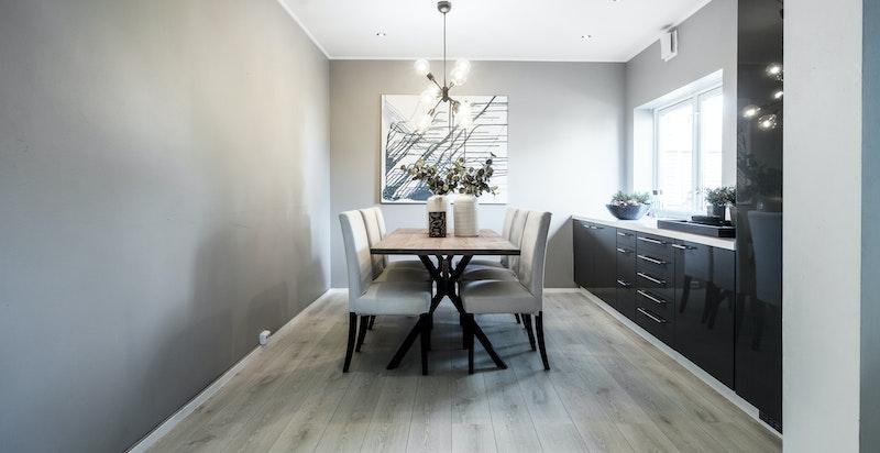 Meget praktisk plassering av stort spisebord som innbyr til både de enkle frokoster, men også til de store familiemiddagene. Kan også bli et soverom ved behov.