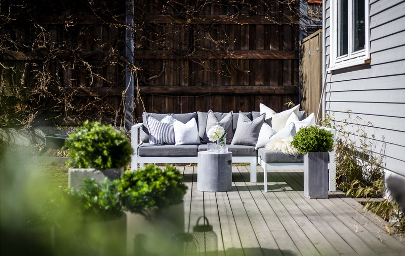 Solrik og herlig uteplass som blir en naturlig forlengelse av stuen på varme sommerdager.