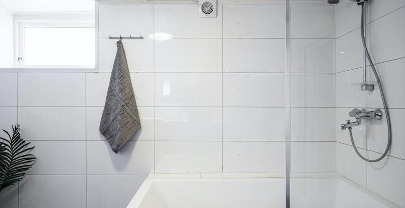 Praktisk badekar med dusj.