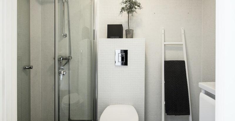 I denne etasjen er det baderom fra 2011 med servantskap, servant, vegghengt toalett og dusjhjørne. Varmekabler i gulv.