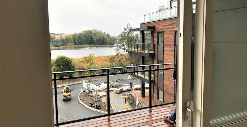Bilde tatt fra stue mot balkong.