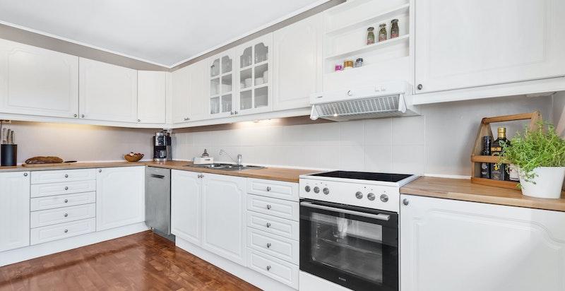 Det er plass til frittstående kjøl/frys, frittstående komfyr og opplegg til oppvaskmaskin