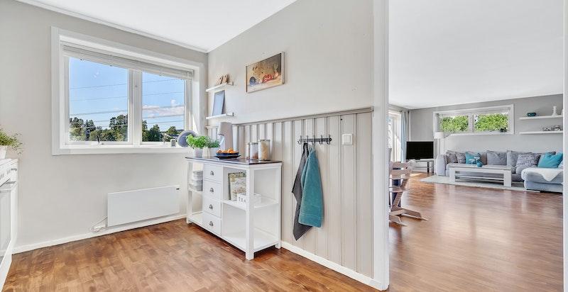 Stuen er såpass stor at det også er god plass et stort spisebord med umiddelbar tilgang til kjøkken