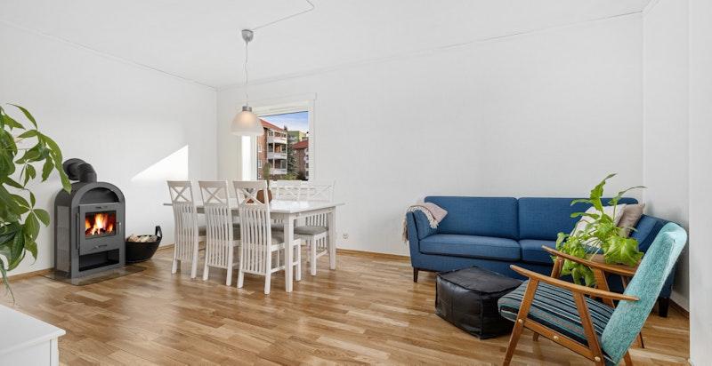Stuen har flere møbleringsmuligheter med plass til spisestue og sofaløsning.