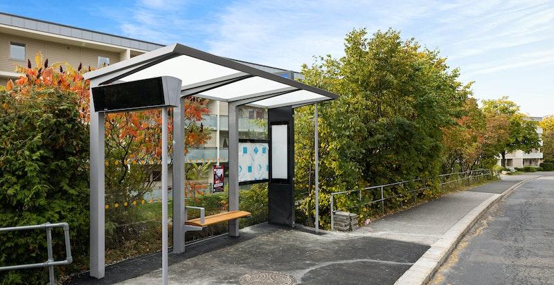 Det er bussholdeplass rett nedenfor boligen. Gangavstand til T-bane på Helsfyr og Brynseng.