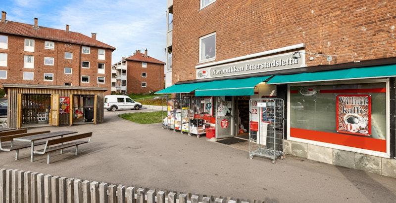Nærbutikken ligger rett over gaten fra boligen. Det er også gangavstand til Rema 1000 og Coop Prix.