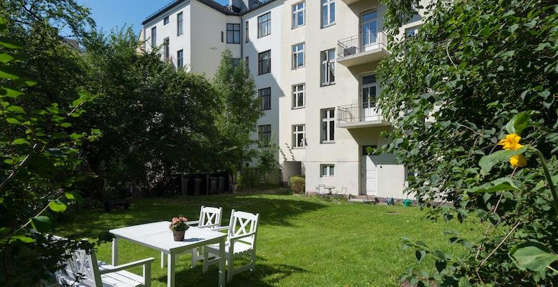 Pent opparbeidet bakgård - de 3 balkongene mot bakgården er felles