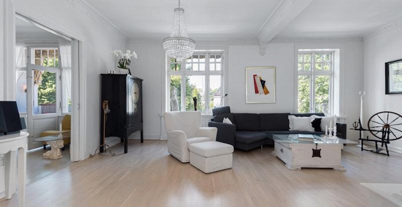 Stor stue med peis - stuen kan enkelt deles opp med en vegg