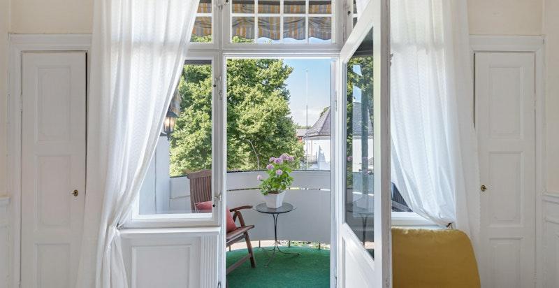 Balkongen er vestvendt, med gode solforhold og hyggelig utsyn