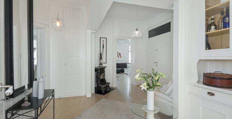 Forstuen knytter rommene i leiligheten sammen på en luftig måte.