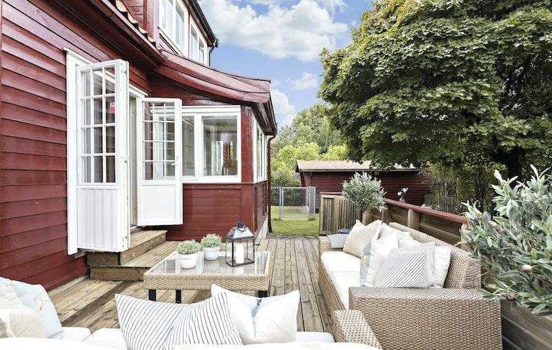 Terrasse utenfor spisestuen - trapp til den hyggelige hagen