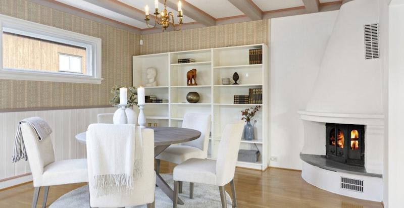 Spisestuen er vegg i vegg med kjøkkenet