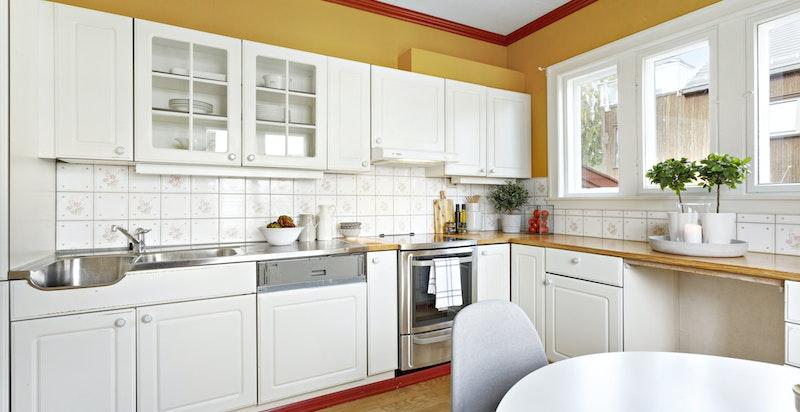 Kjøkkenet er vegg i vegg med spisestuen