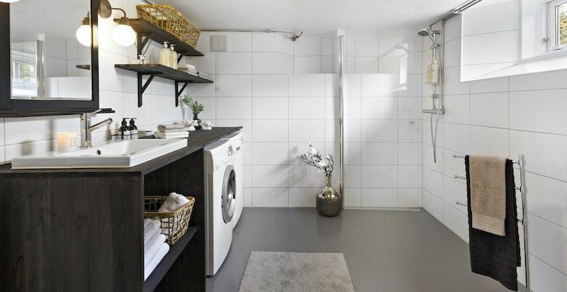 Stort, praktisk vaskerom/bad i kjelleretasjen