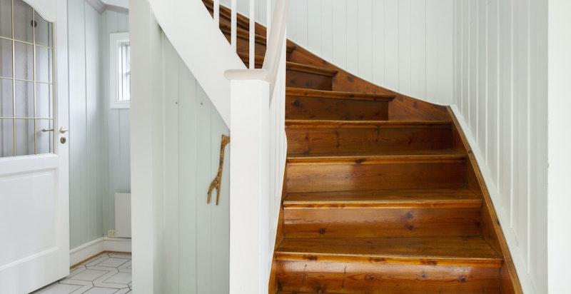 Trapp fra hall og opp til soveromsetasjen