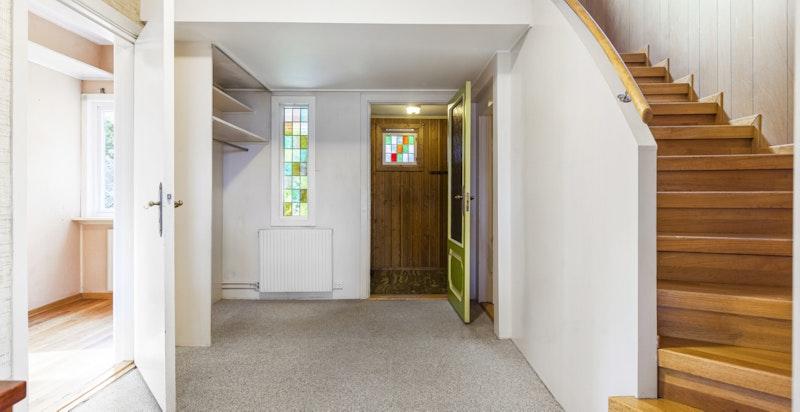 Hall med flott original trapp til 2. etasje