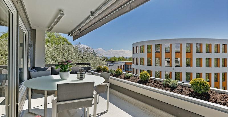Den lune og solrike terrassen fungerer som en forlengelse av stuen. Her kan man kan grille både sommer og vinter
