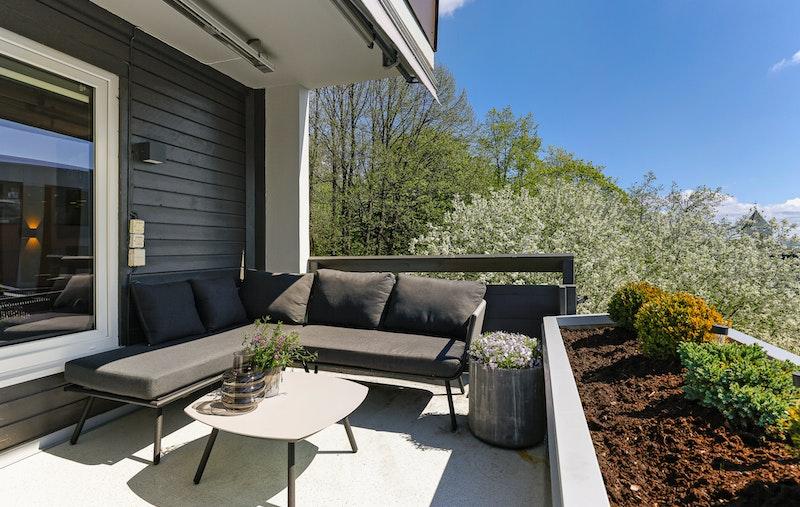 En sydvestvendt terrasse med sol fra morgen til ca kl 18:00 og en nordvendt terrasse med kveldssol